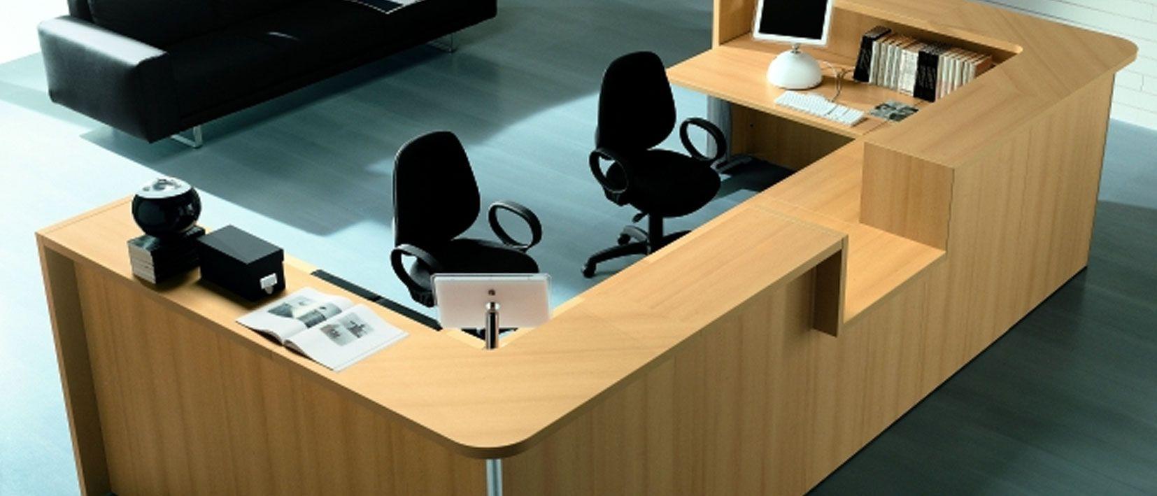 recepción de oficina de madera, dos puestos